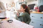 Dívka stojící na stole v kuchyni