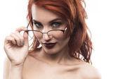 Ritratto di donna di occhiali occhiali isolato su bianco. Spettacolo fram