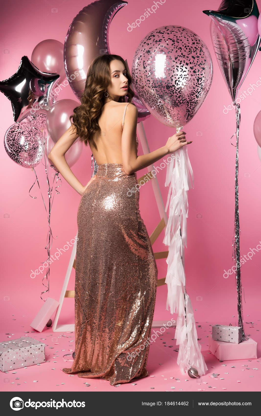 Hermosa chica con espumoso vestido apretado con — Fotos de Stock ...