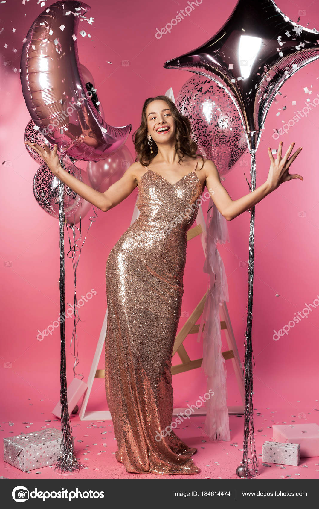 Hermosa chica con espumoso vestido apretado con — Foto de stock ...