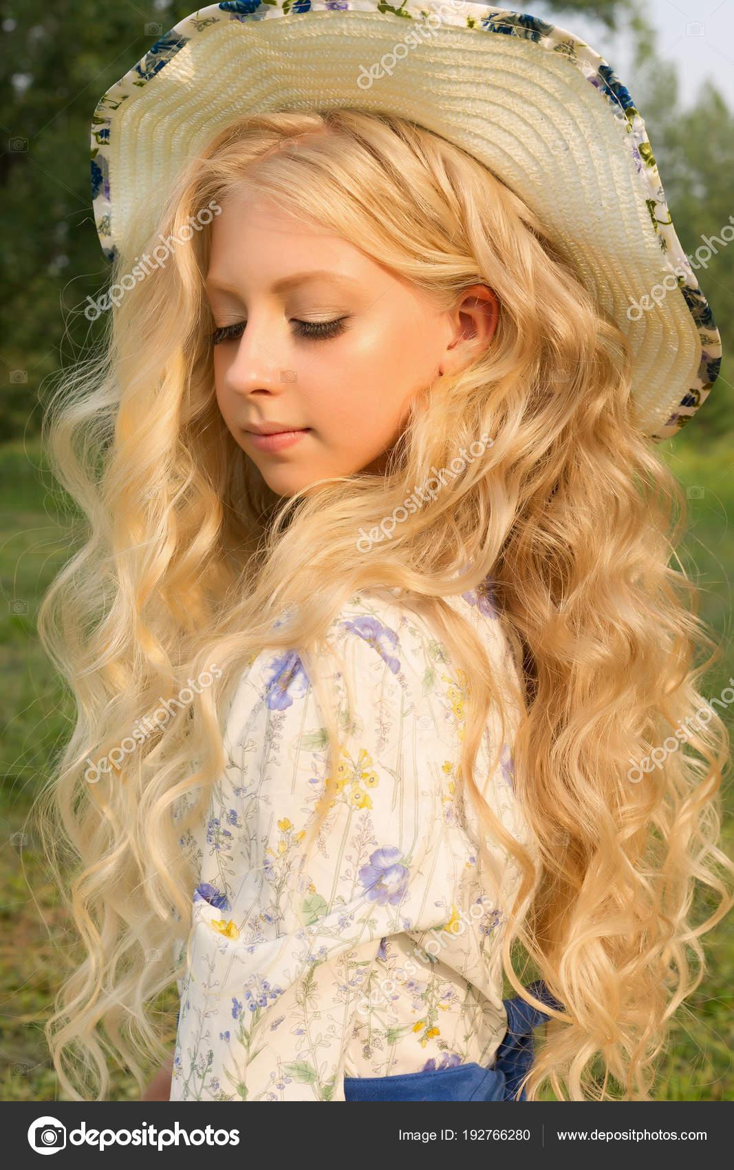 Wunderschöne Charmante Langen Lockigen Blonden Haaren