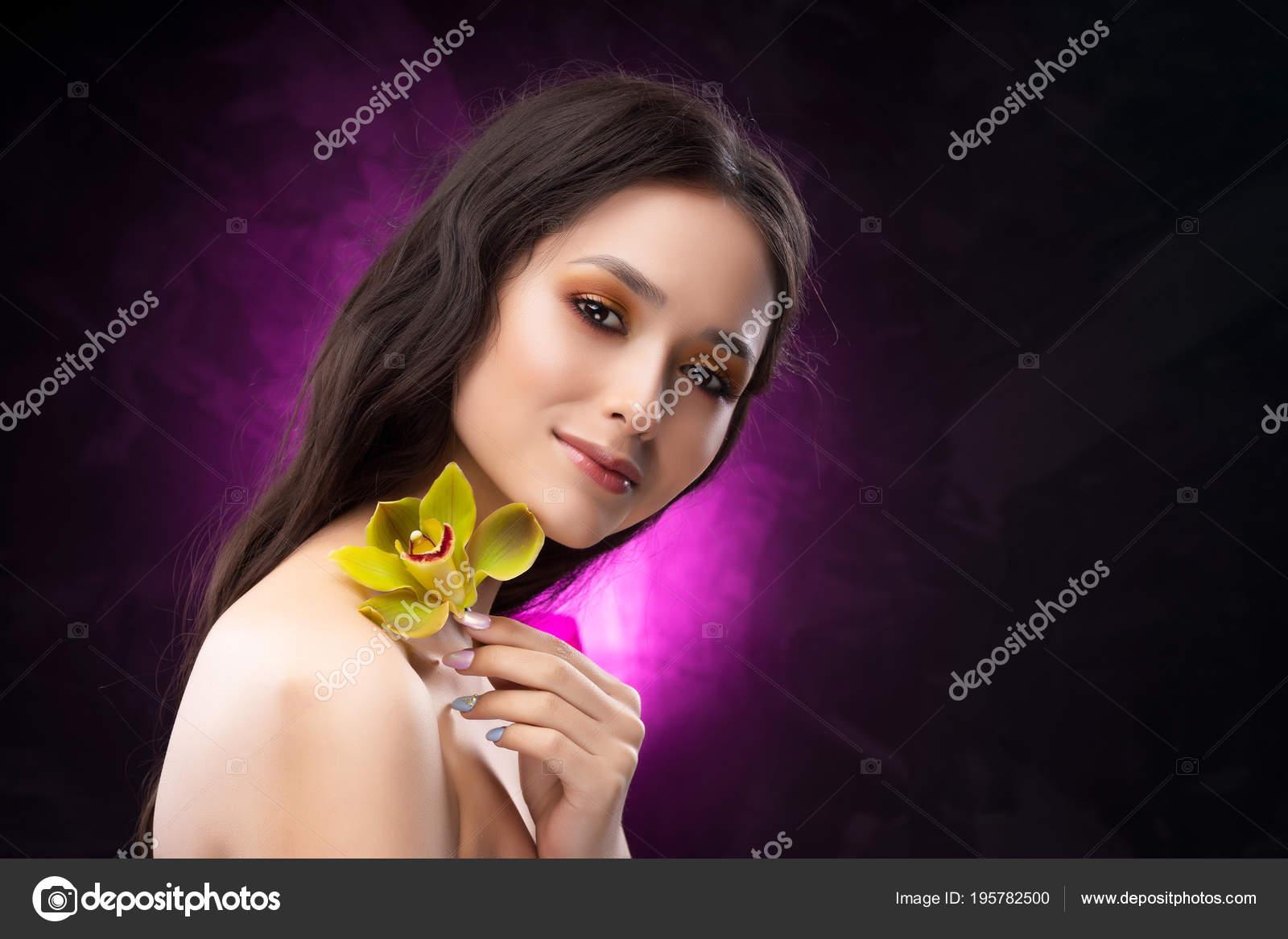 Horká černá dívka trubice