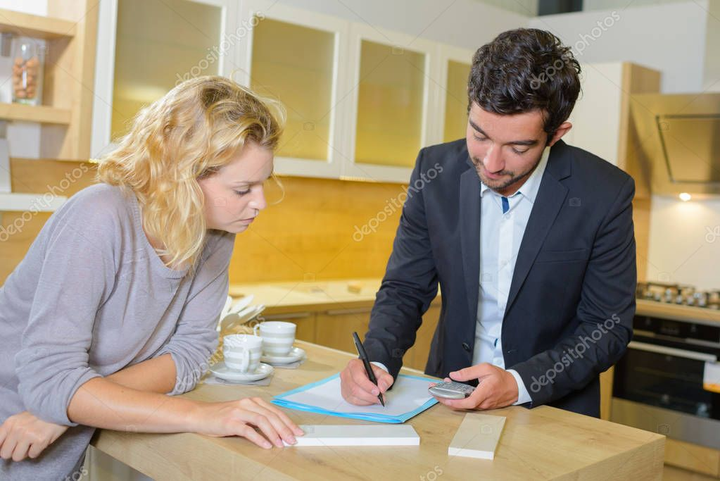 Designer de interiores escrevendo uma estimativa stock - Estimation and costing in interior designing ...