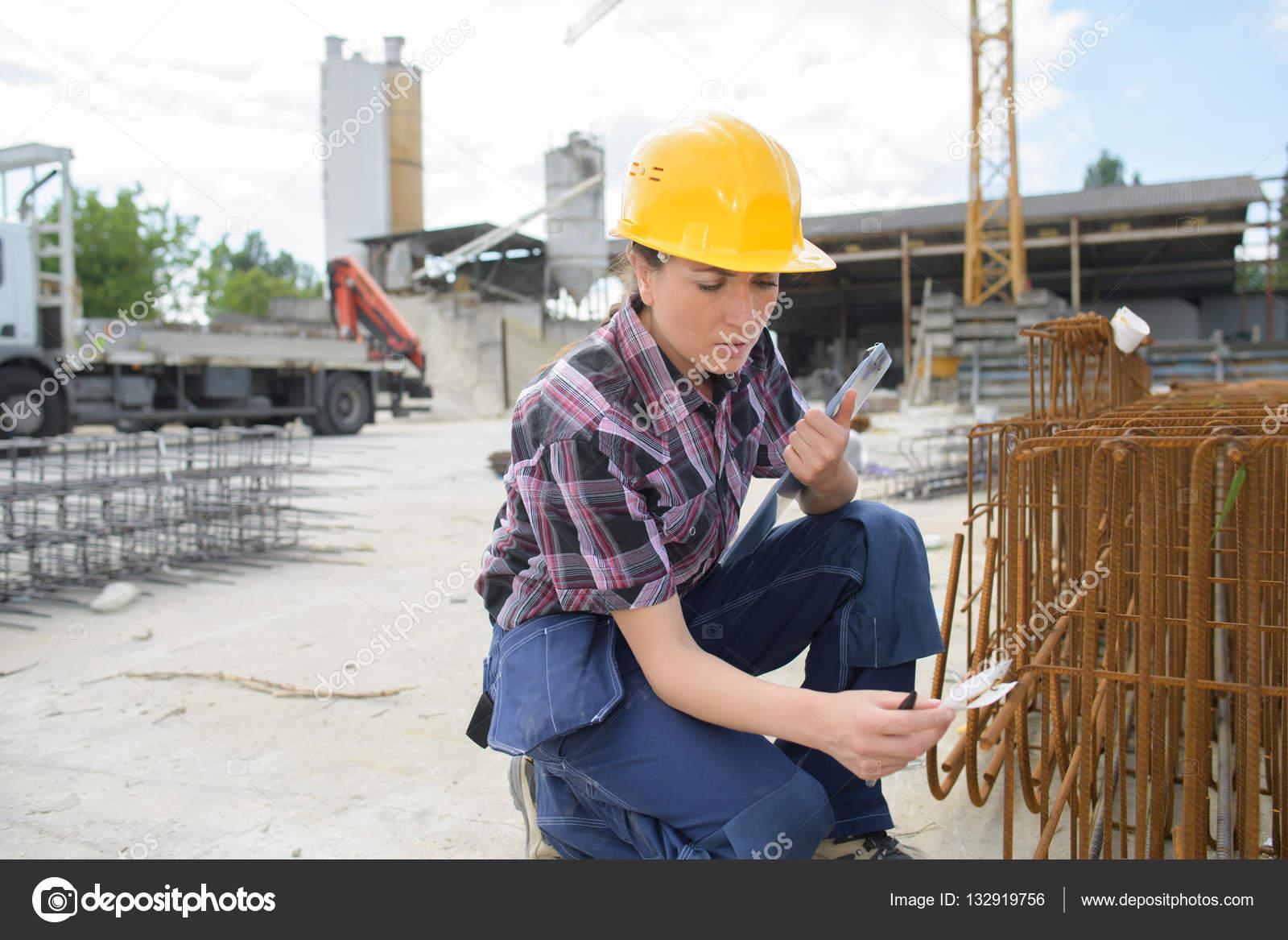 Ingeniero de la mujer trabajando con tuberías industriales — Foto de ...