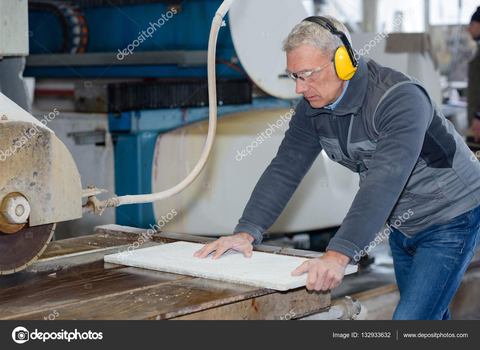 Fußboden Fliesen Schneiden ~ Fliesen schneiden arbeiter arbeiten mit fußboden fliese schneiden