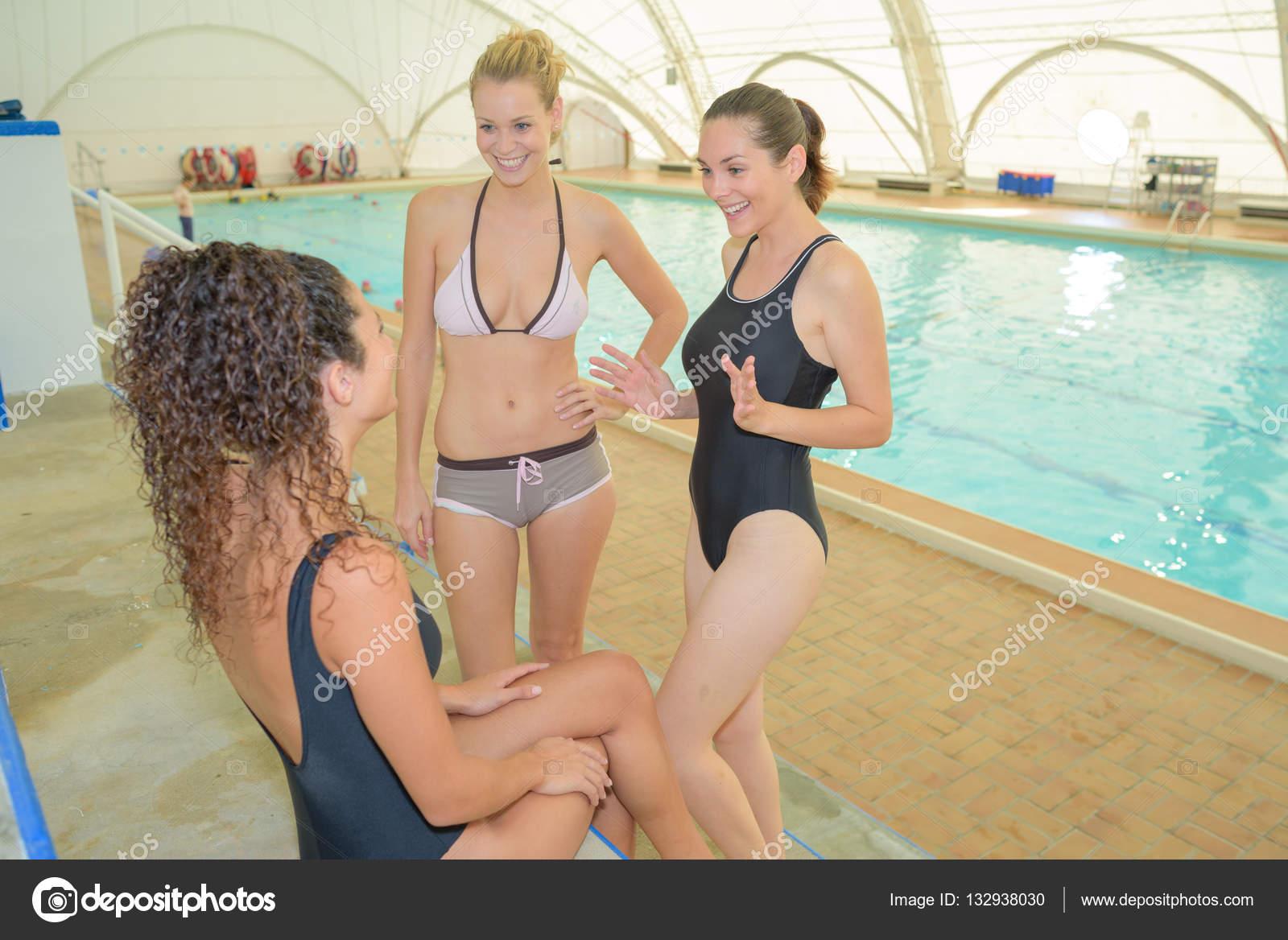 фото женщины в бассейне