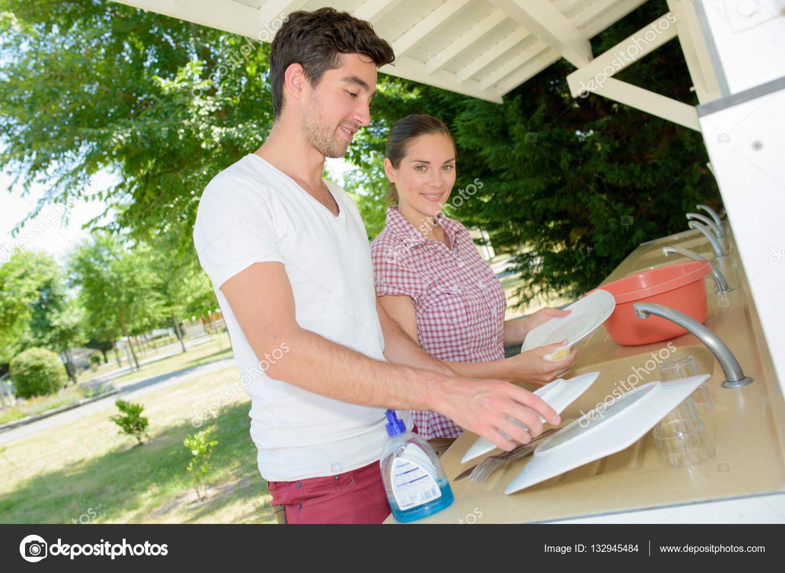 couple de laver la vaisselle photographie photography33. Black Bedroom Furniture Sets. Home Design Ideas
