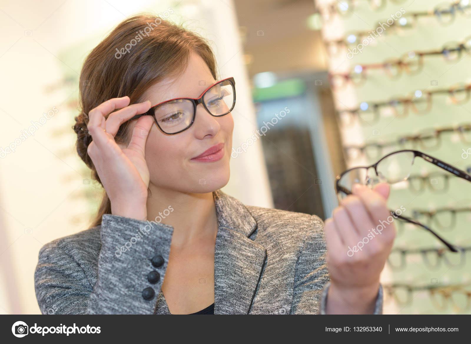 fc337232f45ea comparando dois óculos e ótica — Stock Photo © photography33  132953340