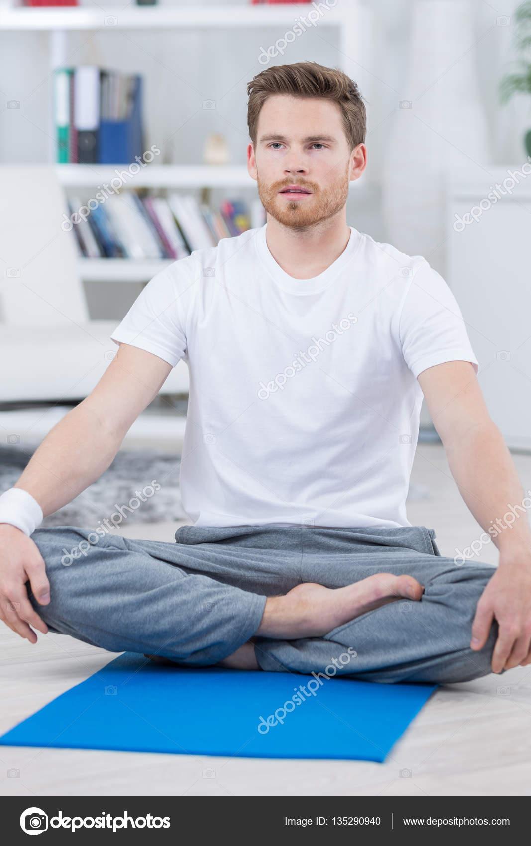 A piedi nudi uomo bello in posizione yoga del loto foto for Piani di studio 300 piedi quadrati