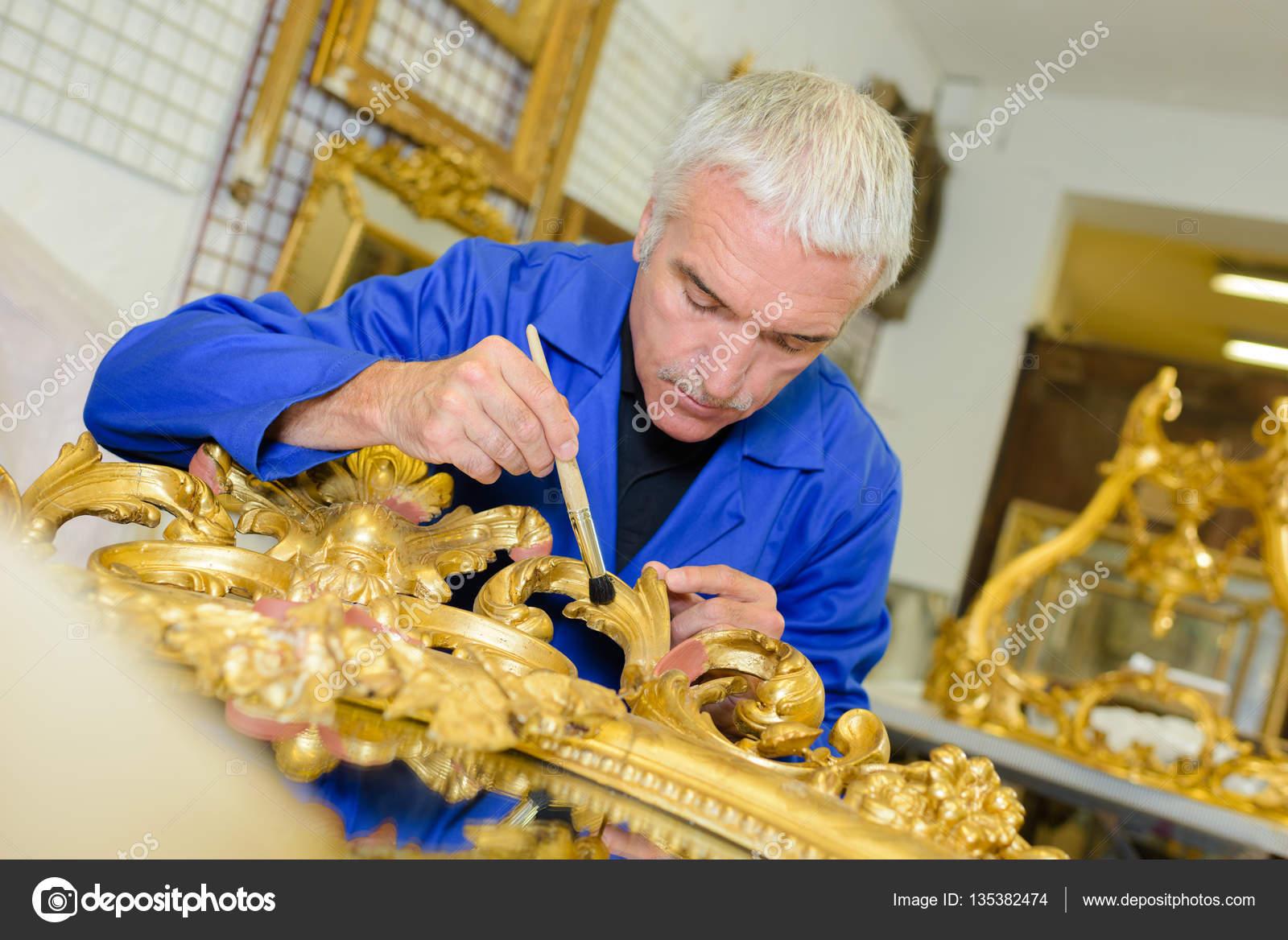 Mann, die Renovierung von Bilderrahmen mit Blattgold — Stockfoto ...