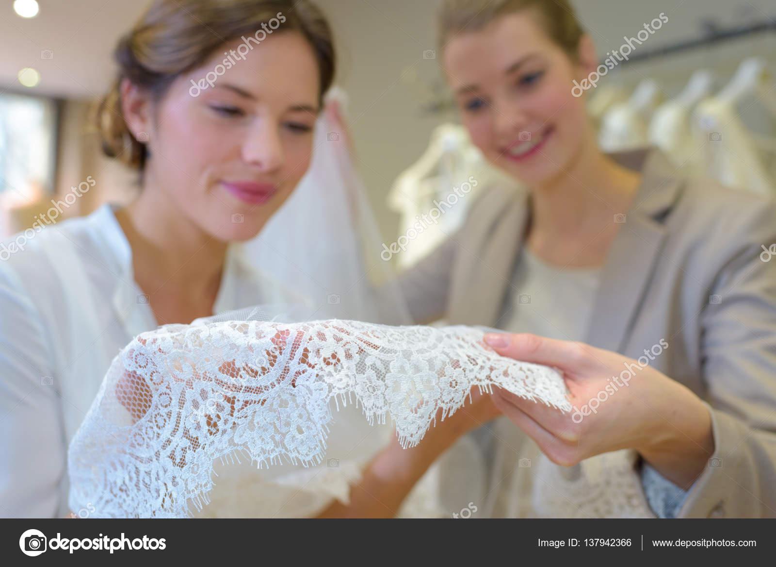 Frauen suchen Lace Hochzeitskleid — Stockfoto © photography33 #137942366