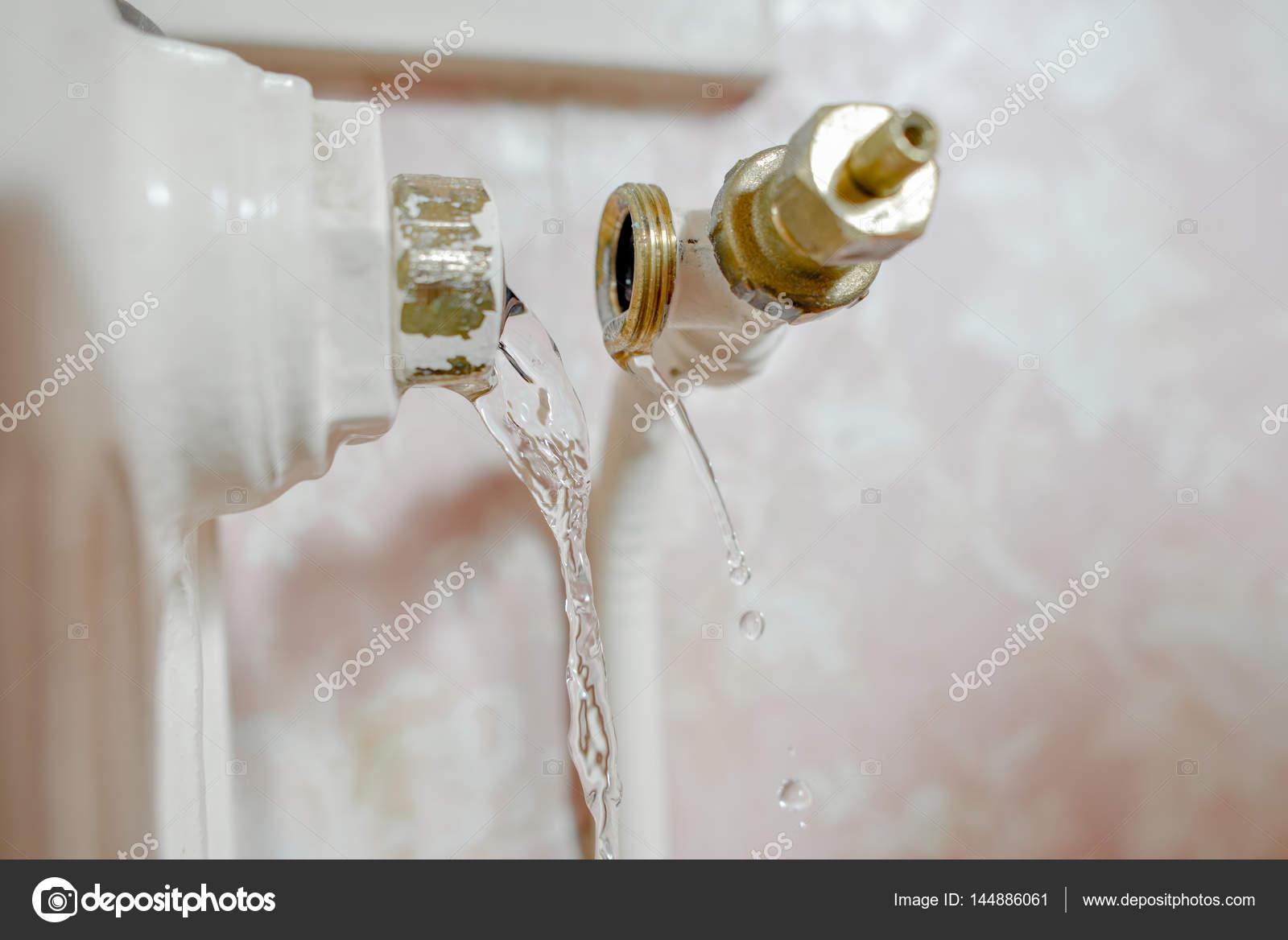 chauffe eau qui fuit et laiton photographie photography33 144886061. Black Bedroom Furniture Sets. Home Design Ideas