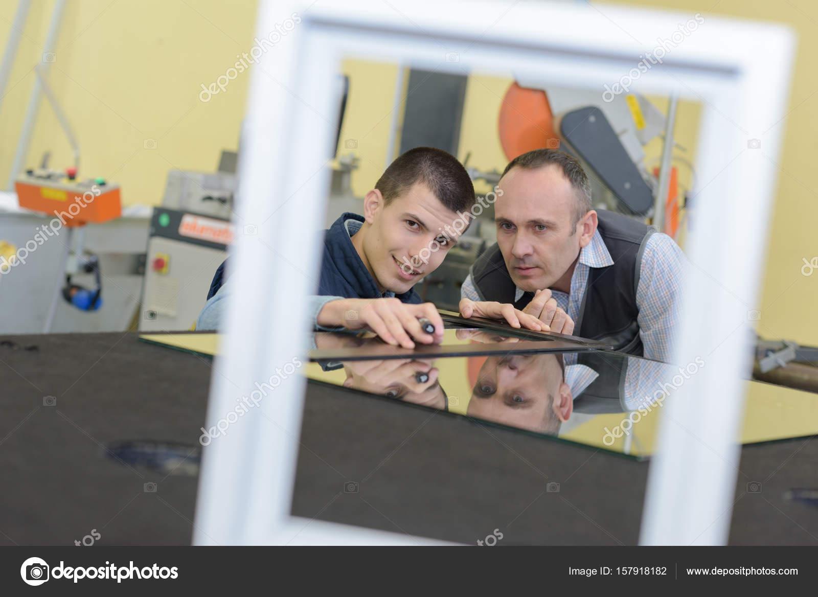 Hombres medir vidrio para marco — Foto de stock © photography33 ...