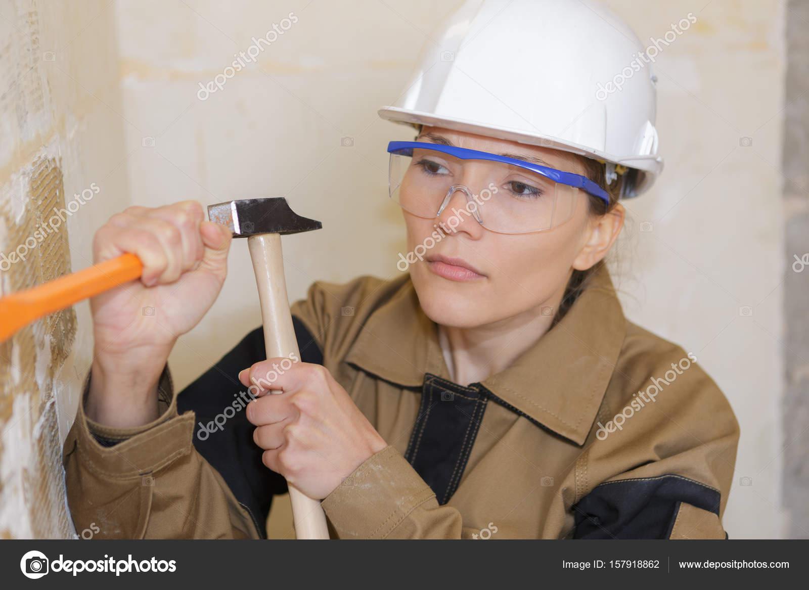 weiblich-generator mit einem hammer, putz entfernen — stockfoto