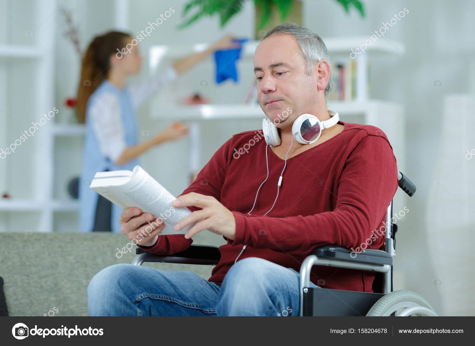 Sedie A Rotelle Leggere : Uomo in sedia a rotelle leggere libro u foto stock photography