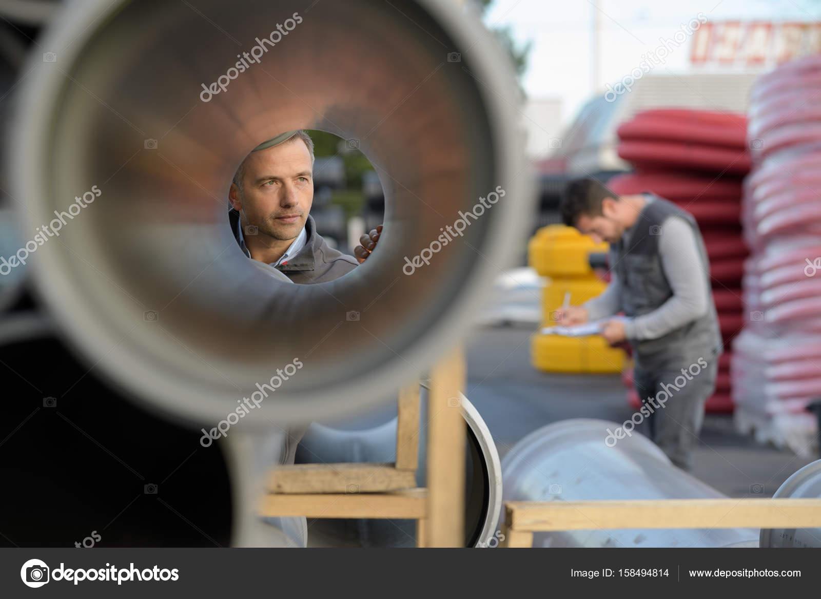 supervisor hombre examinar grandes tubos en obra — Foto de stock ...
