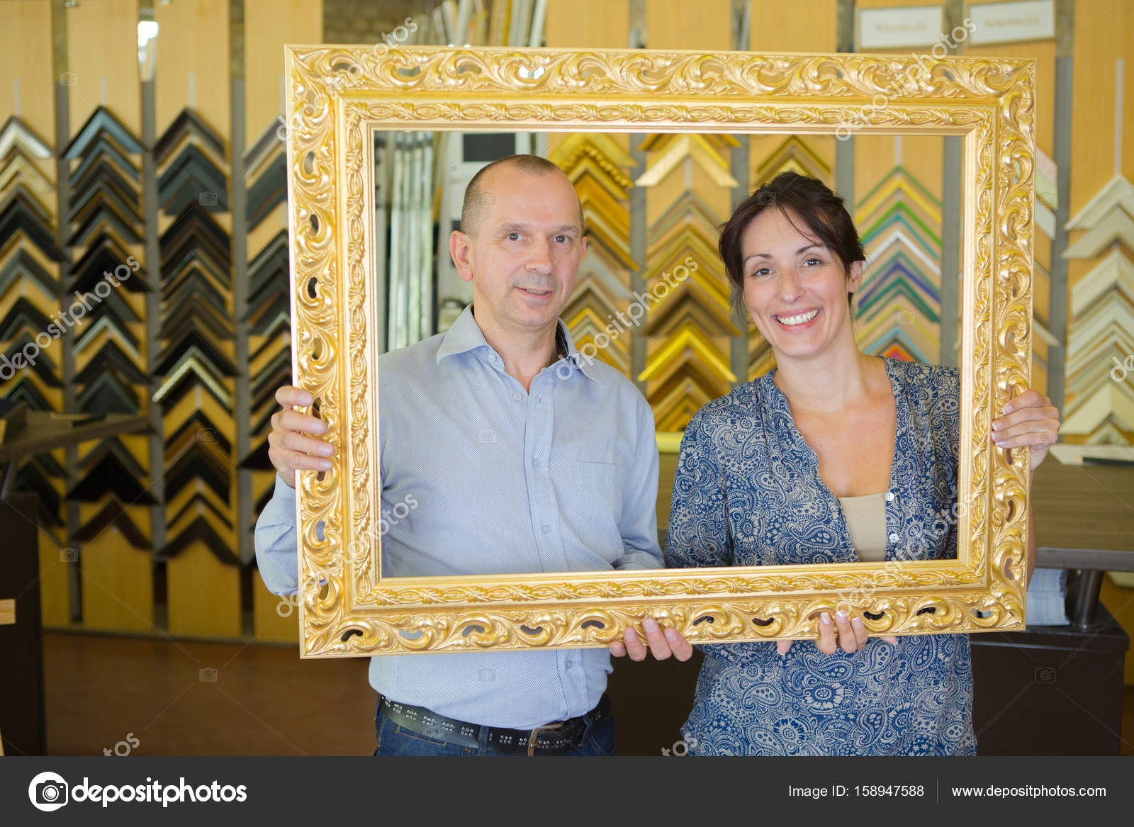 paar Rahmen für ihr Haus kaufen — Stockfoto © photography33 #158947588