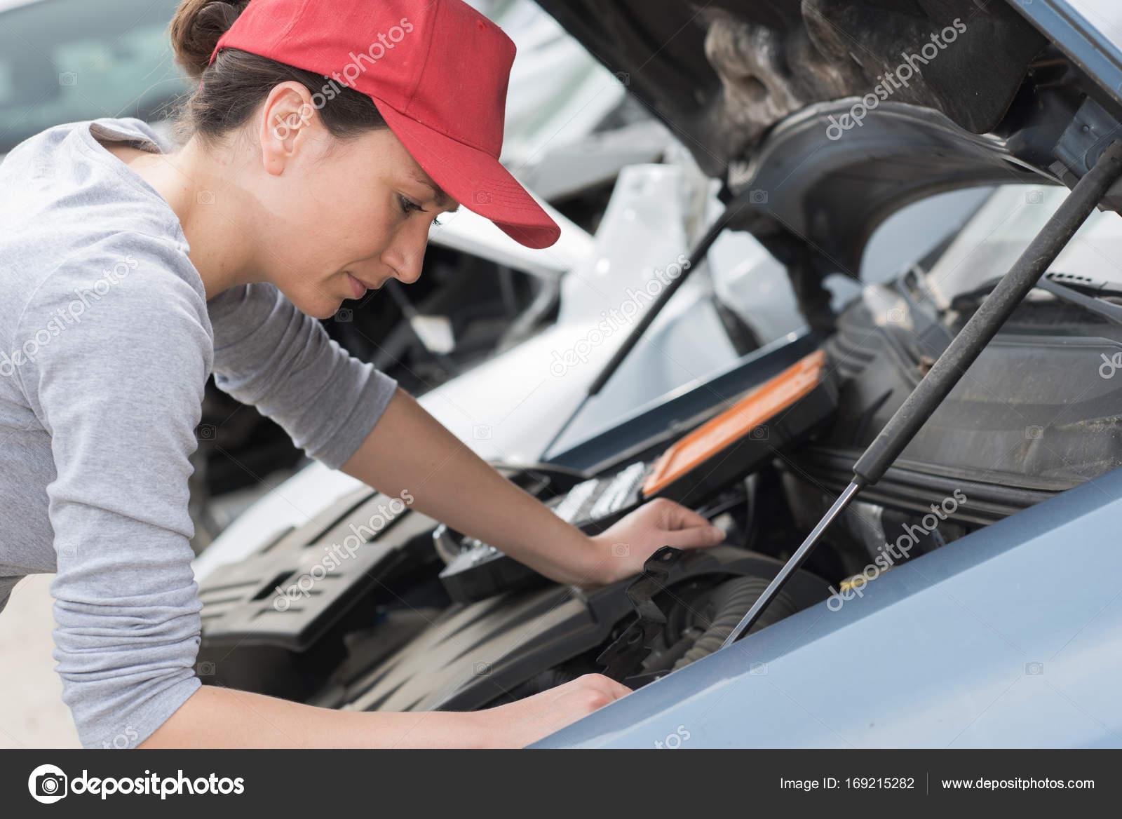 weibliche Mechaniker Festsetzung ein Auto — Stockfoto ...