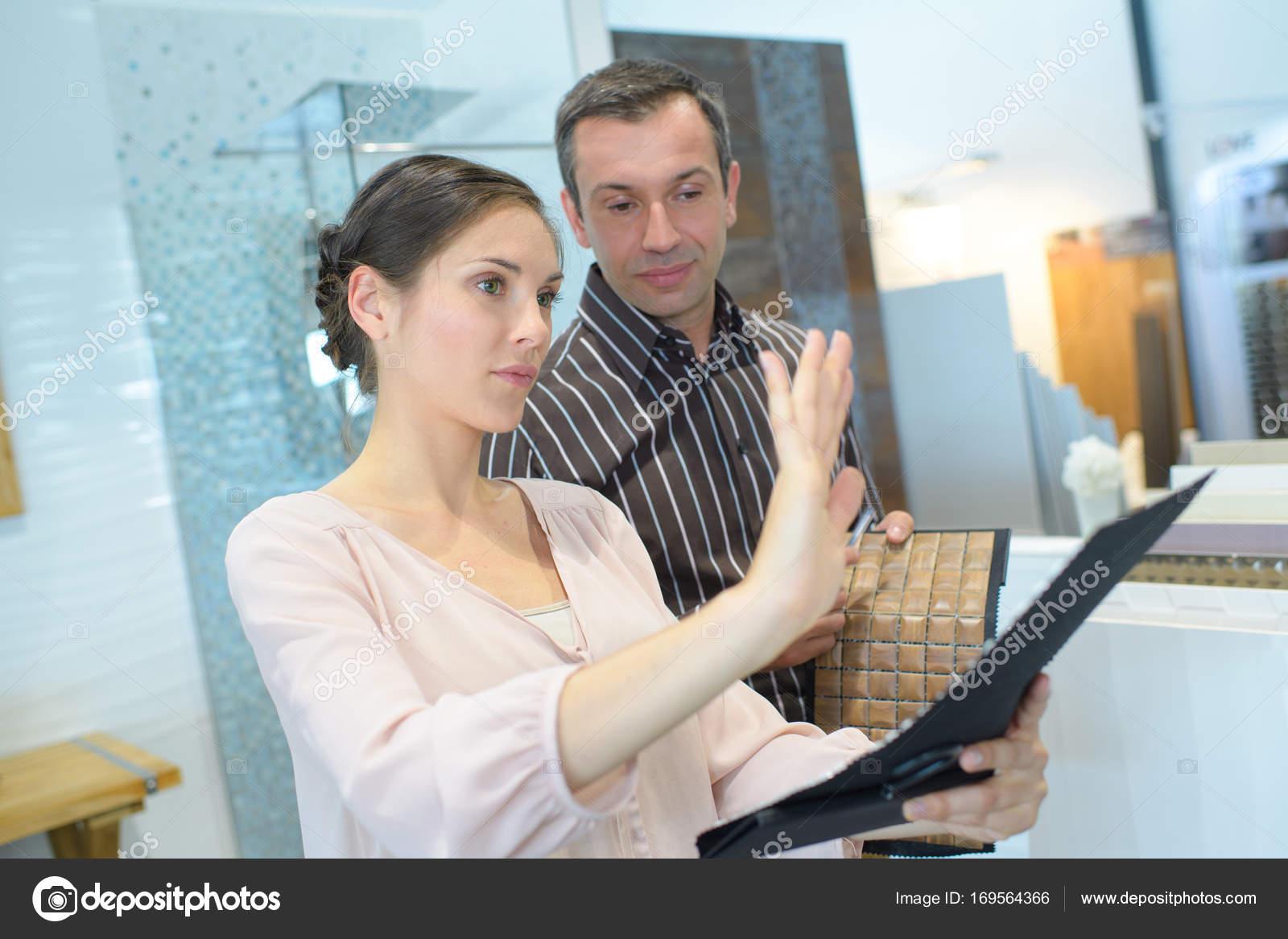 Wahl Sanitär glückliches paar erwachsenen wahl bad sanitär shop stockfoto