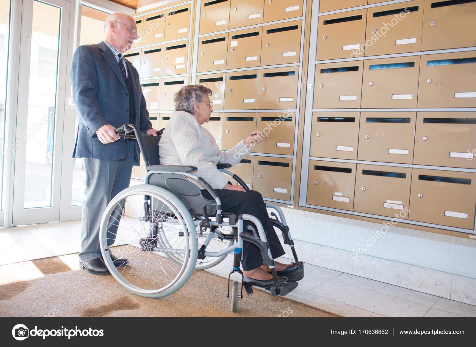 En Stock Correo Ruedas — Fotos De Casilla Anciana Silla UzpSMV