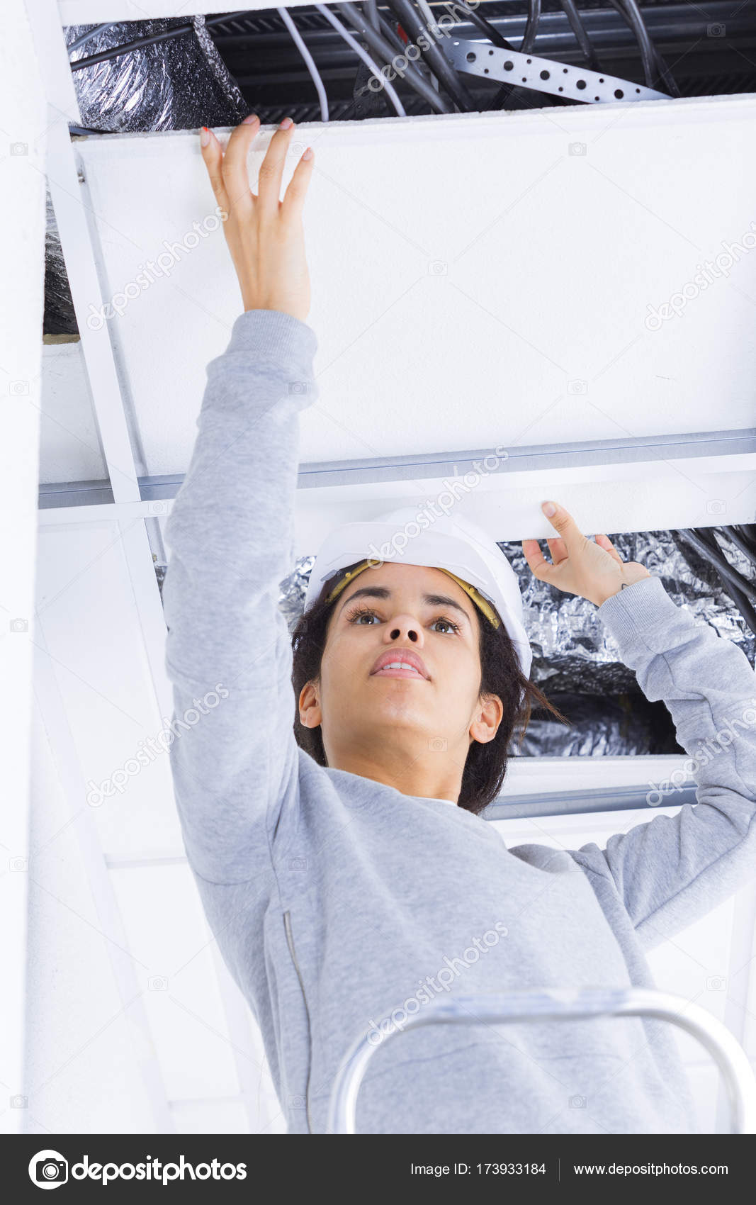 Arbeiterin Reparaturen Gips Gipskarton Rahmen mit Spackling-paste ...