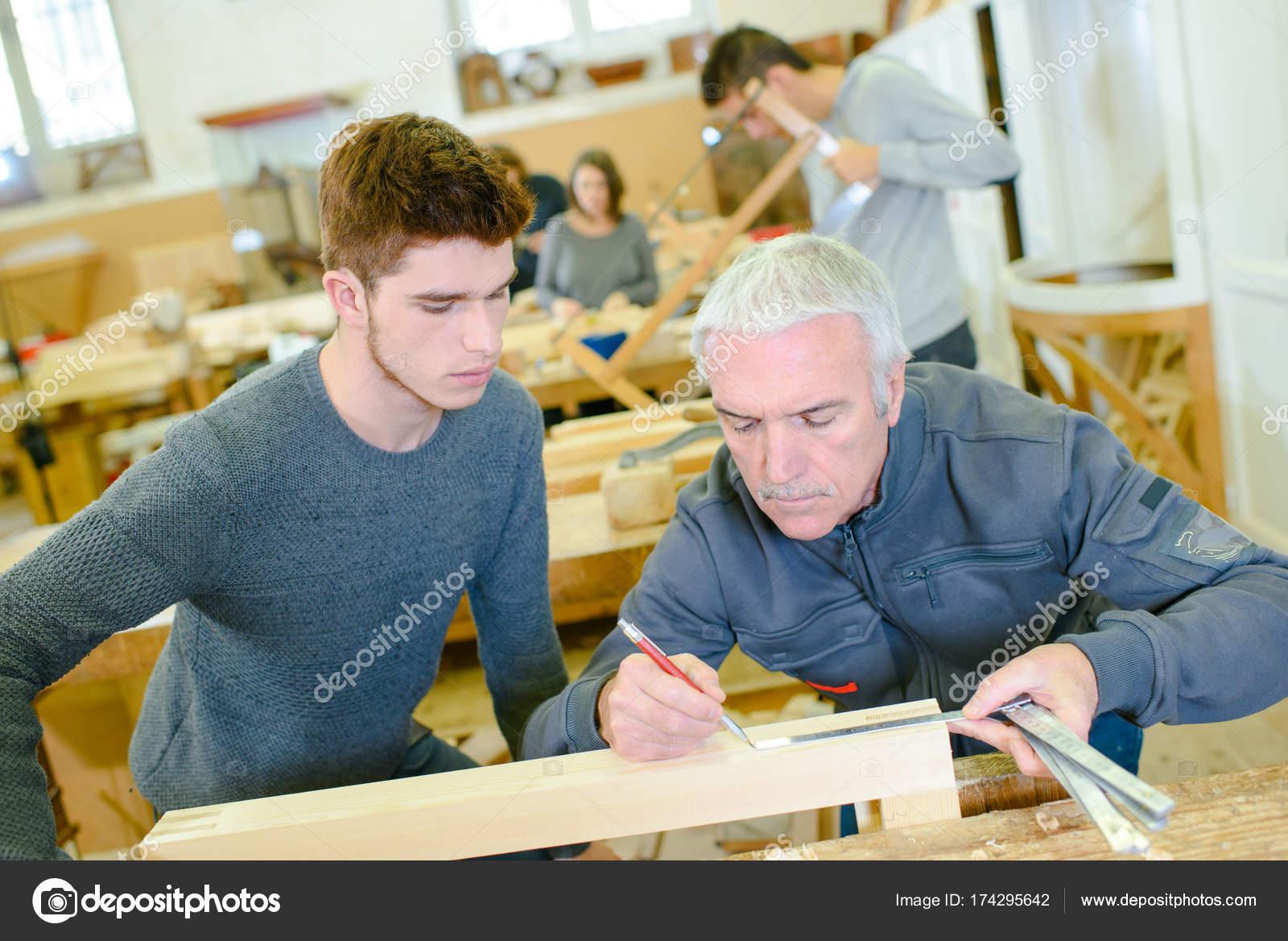 carpintero y aprendiz de instalar cocina equipada — Foto de stock ...