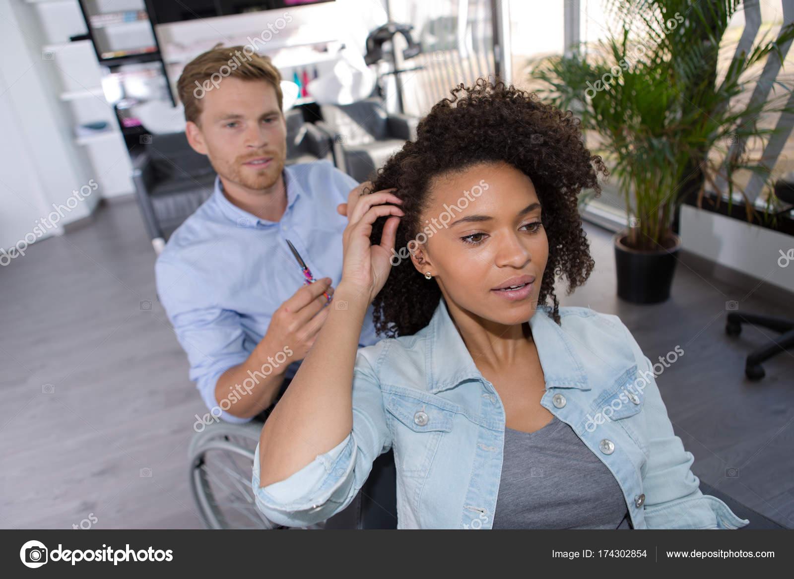 Πώς να ασχοληθεί με το ραντεβού με μια νεότερη γυναίκα