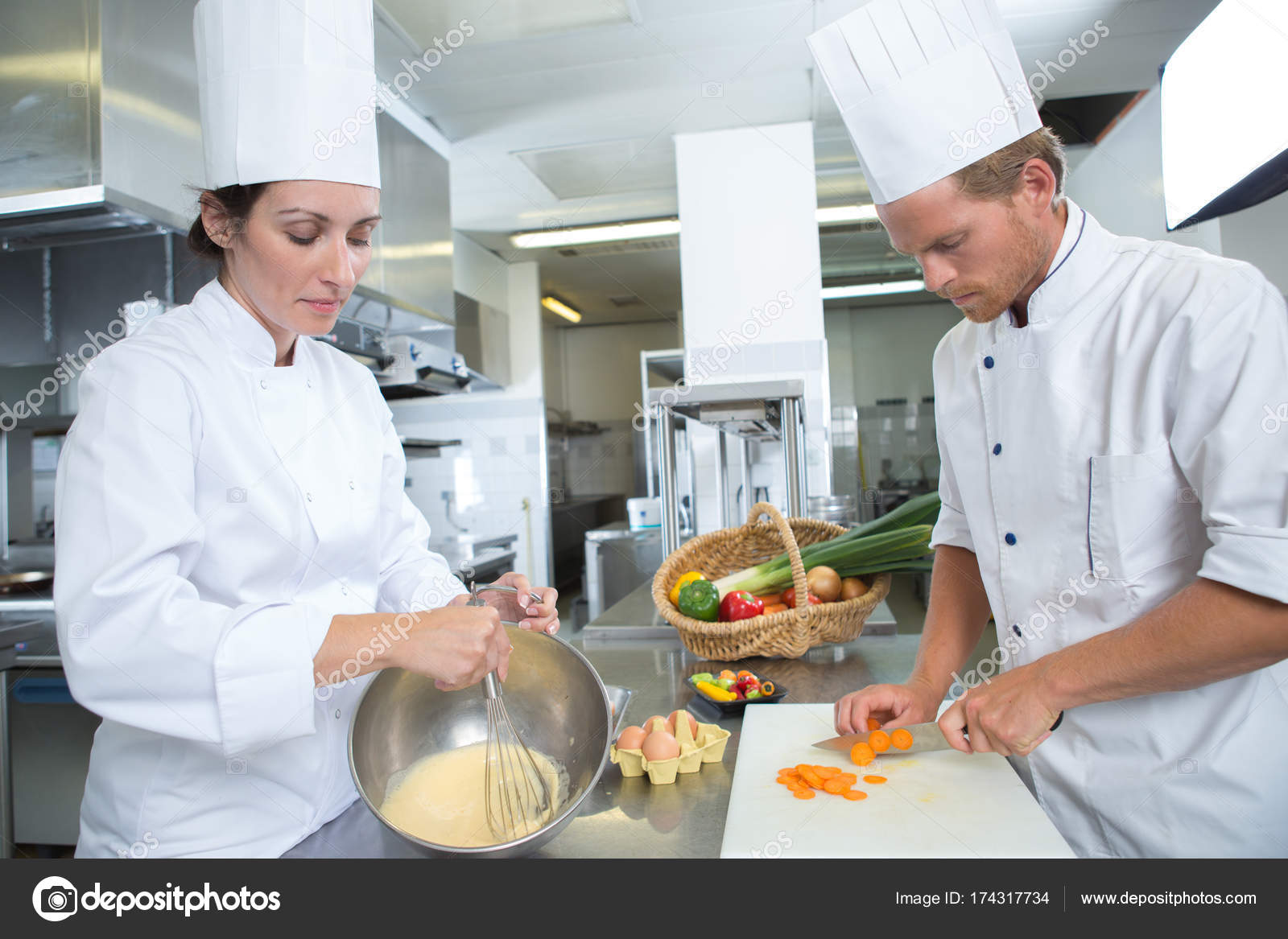 männliche und weibliche Koch arbeitet in Küche — Stockfoto ...