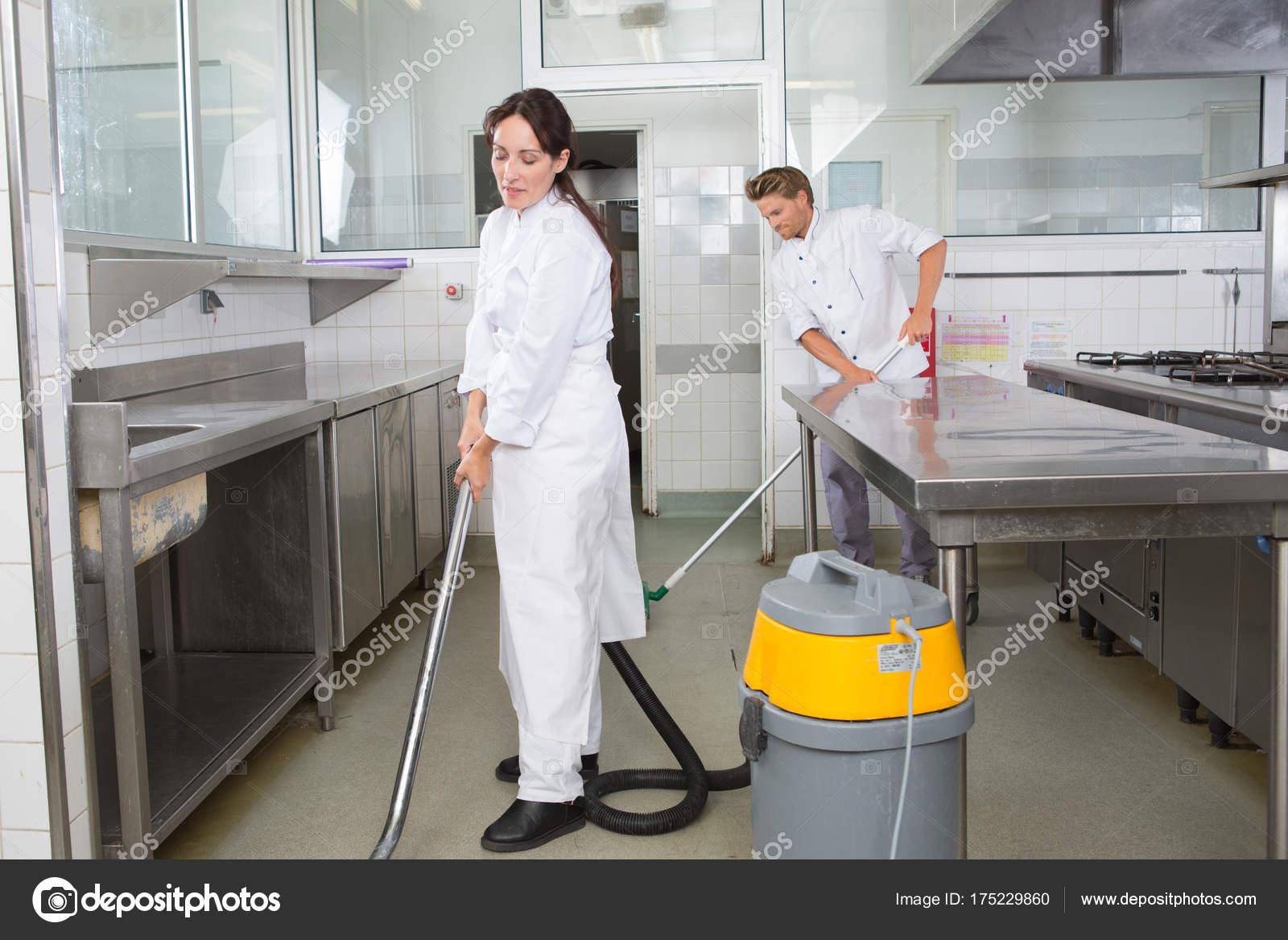 Paar Reinigung Oberflachen In Der Kuche Und Schranke Zusammen