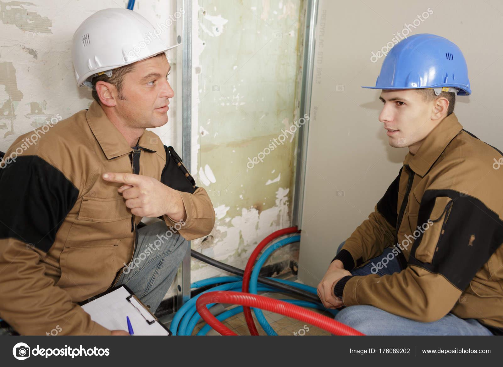 Arquitecto con el supervisor de la construcción hablando — Foto de ...