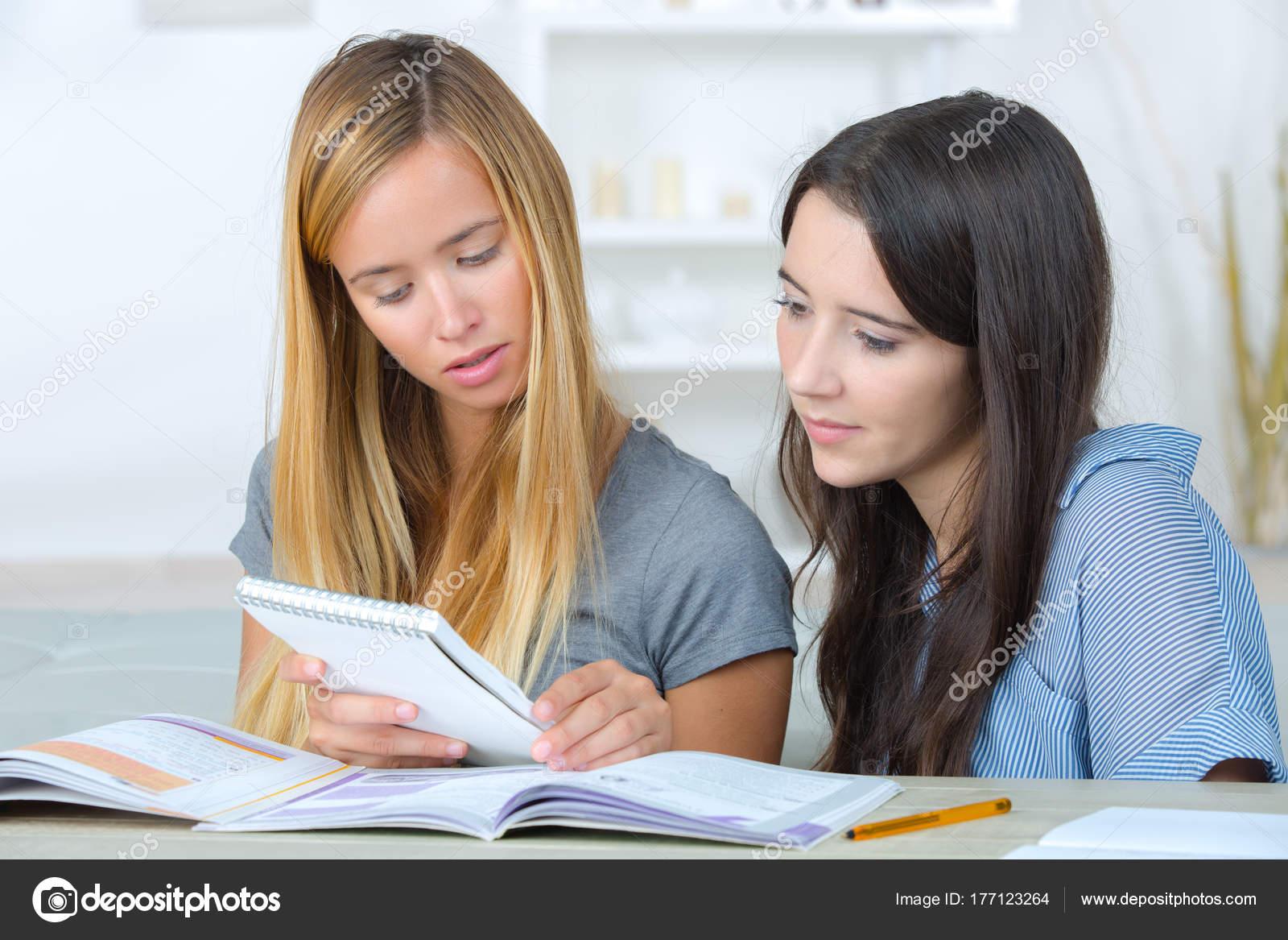 Jóvenes Leyendo Y Estudiando Junto