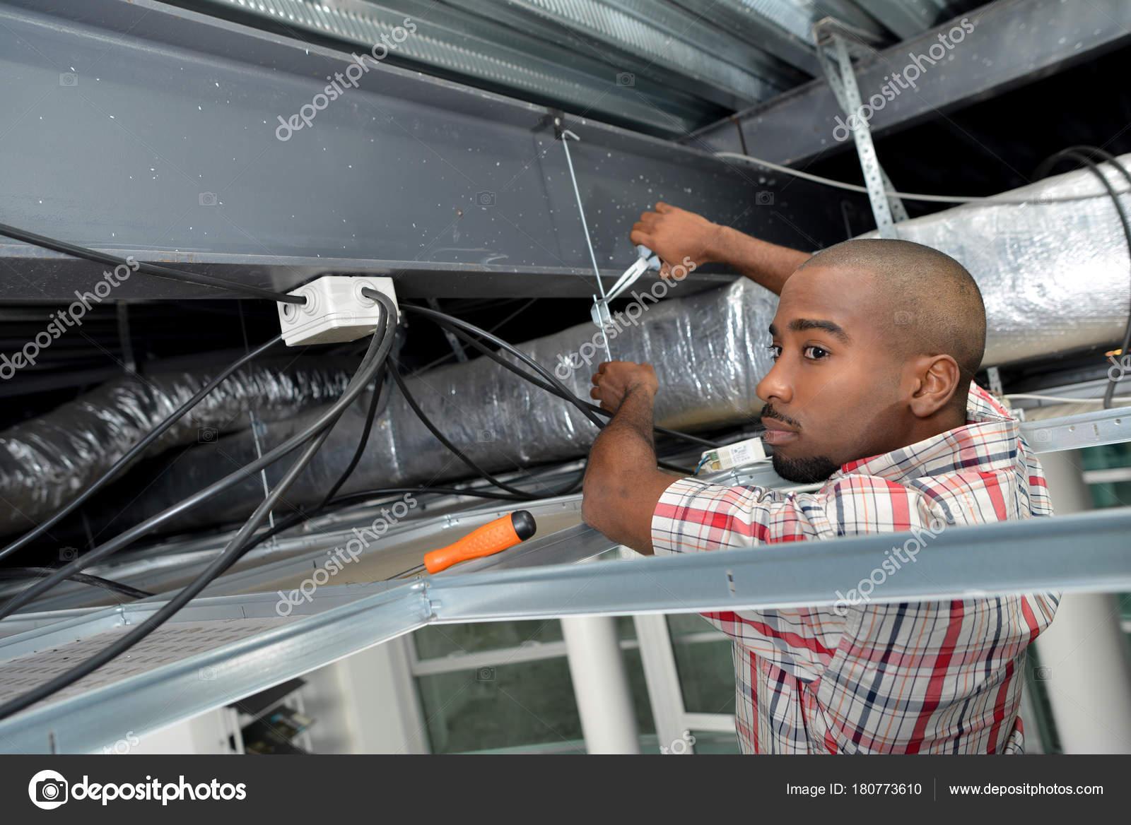 Elektriker in Dacherker Verdrahtung — Stockfoto © photography33 ...