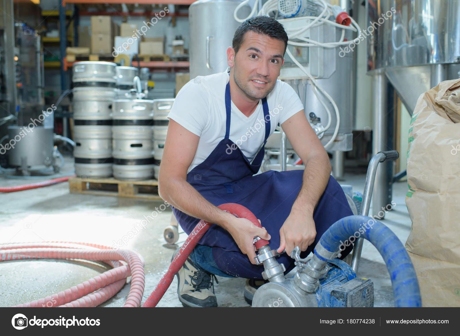 Mannliche Brauerei Arbeiter Mit Abfullung Maschinen Fabrik