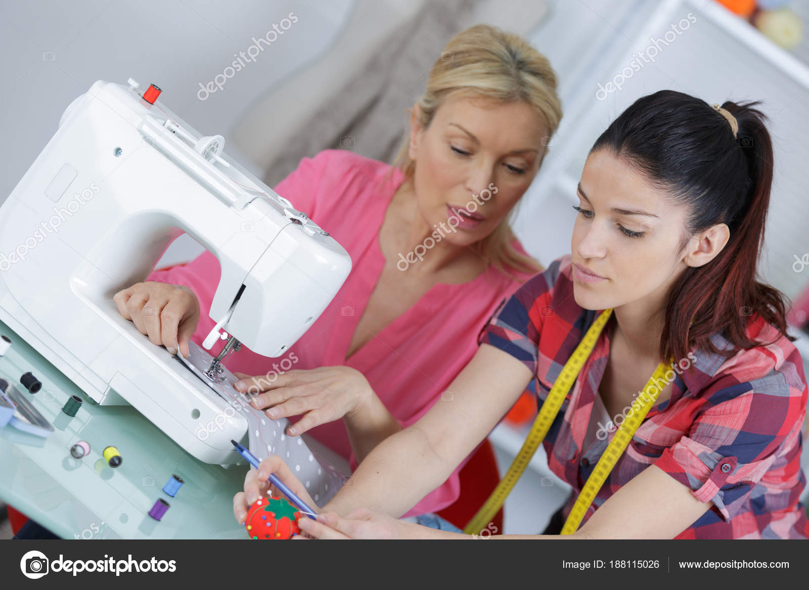 Madre e figlia che per mezzo di macchina da cucire u2014 foto stock