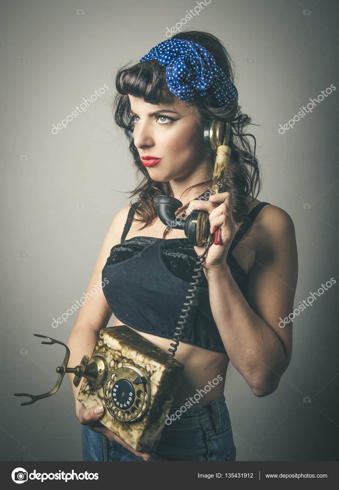 Mode femme en vêtements vintage avec téléphone \u2014 Photo