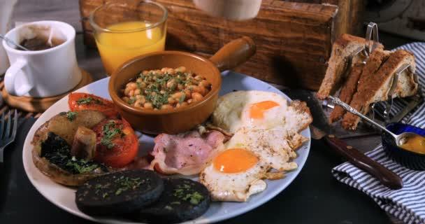 Postřikování černý pepř nad kompletní anglická snídaně