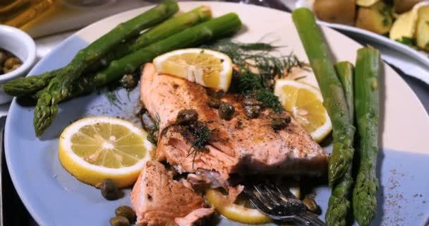 Pečené organického lososa s kapary a koprem