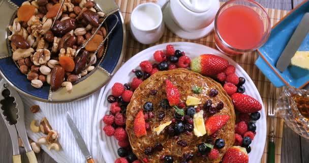 Snídaně palačinky s ovocem a suché plody