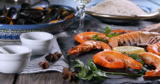 Zutaten für eine spanische Meeresfrüchte-Paella: Miesmuscheln, Riesengarnelen, Langustin, Schellfisch