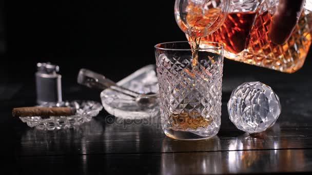 Slow motion: whisky z karafy nalil do sklenice