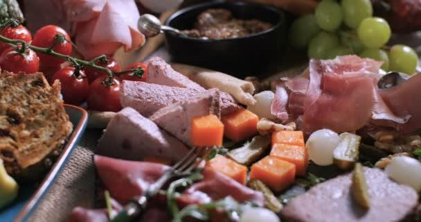Talíř, uzená masa (uzeniny), šunka, salám, paštika a sýrem