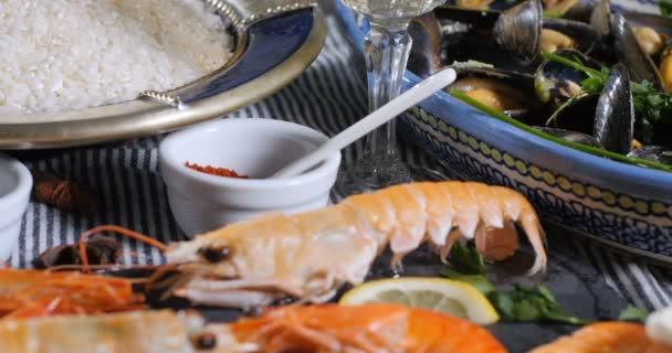 Bir İspanyol deniz ürünleri paella için madde  midye fe5e5f70de