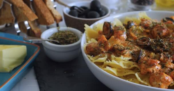 Dolly blízko pohled těstovin s čerstvý losos, černé olivy
