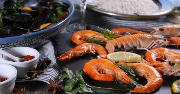 Dolly Nahaufnahme der Zutat für eine spanische Meeresfrüchte-Paella
