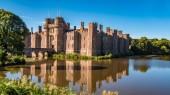 Vodní cihlový hrad v jižní Anglii