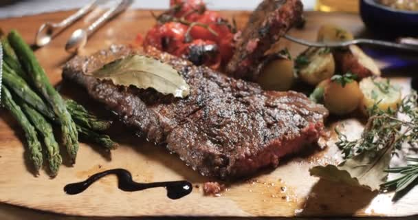 Dolly, posouvání pohledu steak ze svíčkové s chřestem, brambory a pečeným rajčátkem