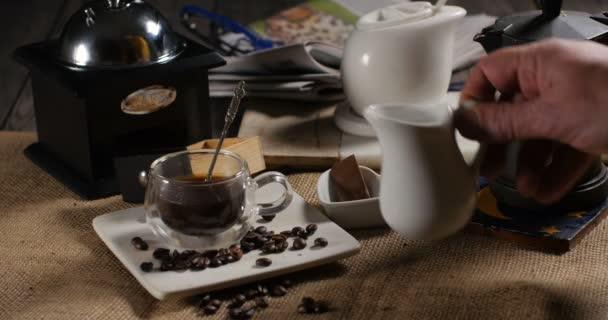Nalil mléko přes šálek kávy