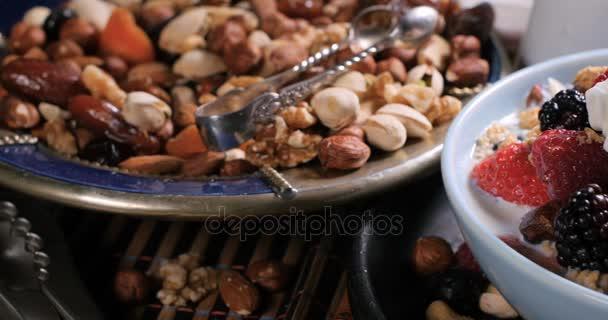 Na snídani cereálie s ovocem, suché plody, mlékem a šlehačkou