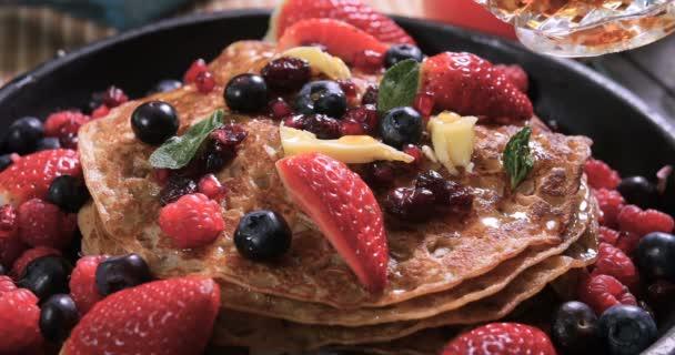 Nalitím javorový sirup na snídani palačinky s ovocem a suché plody