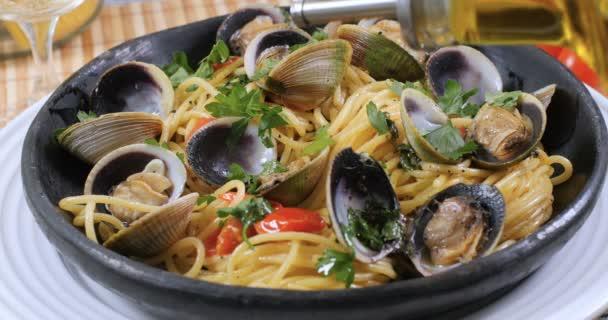 Nalil olivový olej přes spaghetti alle vongole (škeble)